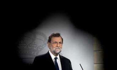 O primeiro-ministro da Espanha, Mariano Rajoy, durante o anúncio das intervenções na região catalã Foto: Paul White / AP