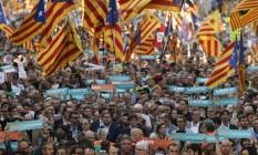 Presidente catalão, Carles Puigdemont, participa de marcha pela independência ao lado de outros membros do Executivo regional Foto: PAU BARRENA / AFP