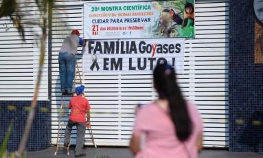 Faixa colocada no Colégio Goyases, em Goiânia Foto: Jorge William / Agência O Globo