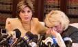A Heather Kerr chora, amparada por sua advogada, Gloria Allred, na coletiva de imprensa em que acusou Weinstein de abuso Foto: Matt Winkelmeyer / AFP