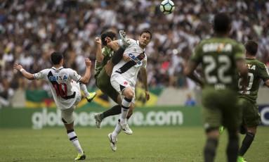 Mateus Vital e Anderson Martins disputam a bola no meio de campo no Maracanã Foto: Guito Moreto