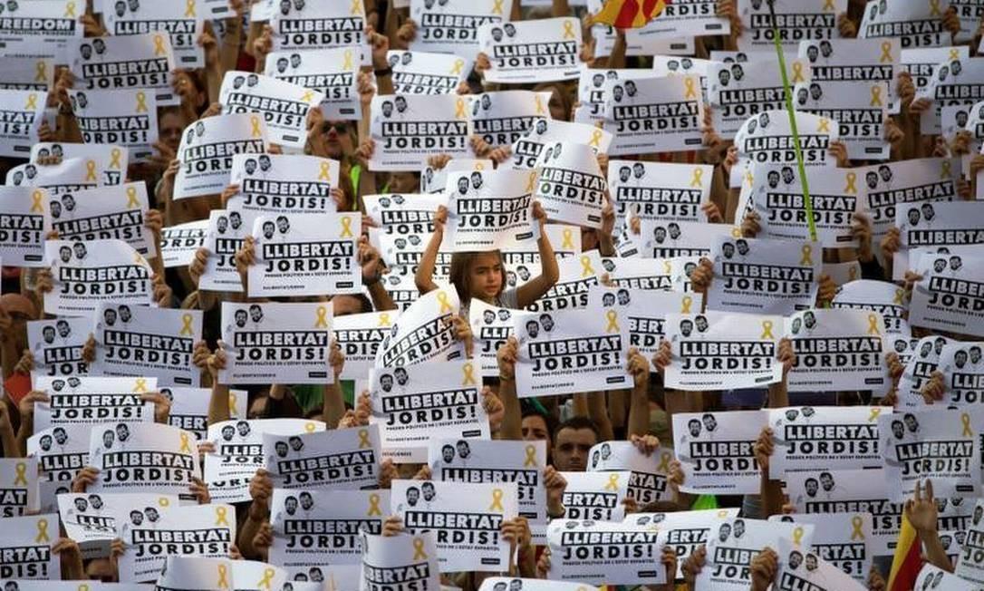 """Os manifestantes entoavam gritos de """"liberdade!"""" e """"independência"""" nesta tarde, durante uma manifestação que, originalmente, havia sido convocada para pedir a liberação de dois líderes independentistas que estão presos por suspeitas de sedição. Foto: Emilio Morenatti/AP"""