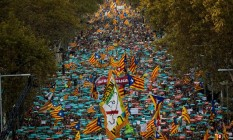 Cerca de 450 mil separatistas catalães saíram às ruas neste sábado em Barcelona para exigir uma declaração de independência pelo presidente regional, Carles Puigdemont, que estava presente na manifestação, em retaliação a Madri Foto: AP Photo/Emilio Morenatti)