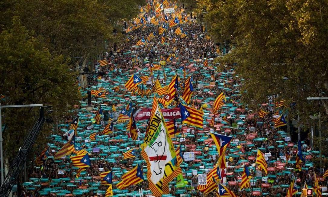 Cerca de 450 mil separatistas catalães saíram às ruas neste sábado em Barcelona para exigir uma declaração de independência pelo presidente regional, Carles Puigdemont, que estava presente na manifestação, em retaliação a Madri Foto: AP Photo/Emilio Morenatti / AP Photo/Emilio Morenatti)