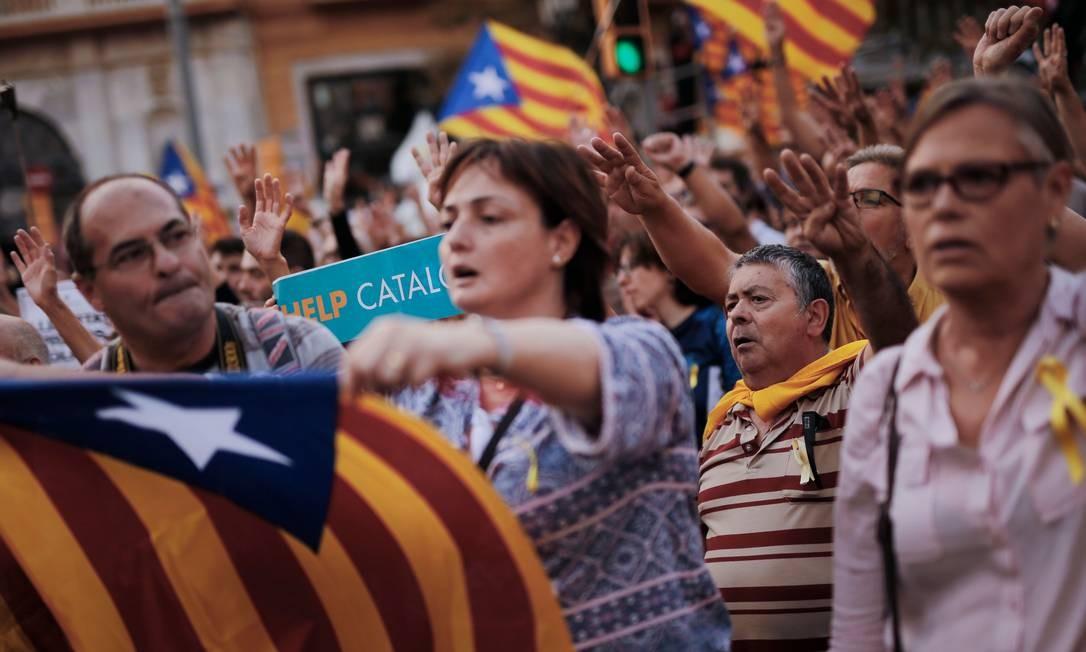 A sociedade catalã se mostra dividida entre quem é a favor ou contra a separação Foto: PAU BARRENA / AFP
