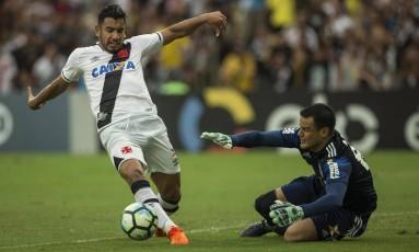 Goleiro Wilson sai aos pés de Andrés Ríos Foto: Guito Moreto