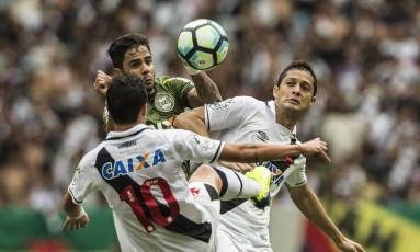 Mateus Vital e Anderson Martins dividem a bola com Henrique Almeida Foto: Guito Moreto