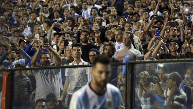 Messi deixa o gramado após empate entre Argentina e Peru e é fotografado por torcedores Foto: AGUSTIN MARCARIAN / Reuters