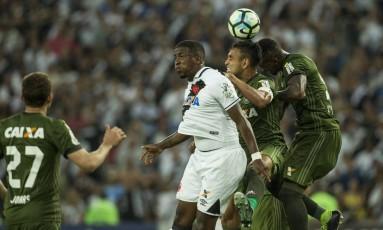Thalles, que entrou no segundo tempo, disputa a bola no alto Foto: Guito Moreto