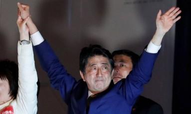 Primeiro-ministro do Japão, Shinzo Abe, acena para apoiadores em evento de campanha Foto: KIM KYUNG-HOON / REUTERS