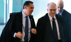 Os ministros do STF Luiz Roberto Barroso e Edson Fachin passarão a integrar o TSE em 2018 Foto: Jorge William / Agência O Globo