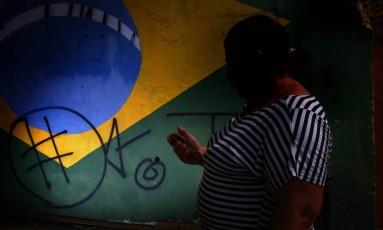 Cuidadora relata o drama de jovem ameaçado de morte e que aguarda por uma vaga para entrar no programa de proteção a crianças e adolescentes, que carece de verbas no país: governo liberou, só em setembro, orçamento reduzido Foto: Edilson Dantas / Agência O Globo