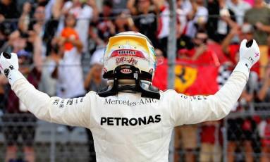 Lewis Hamilton comemora com a torcida nova pole na carreira Foto: Mark Thompson / AFP