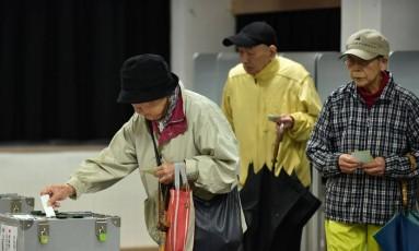 Japoneses depositam seus votos em urnas para eleições legislativas em Tóquio Foto: KAZUHIRO NOGI / AFP