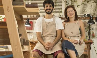 Noivos e sócios, os designers Maire e Gabriela, no Itanhangá Foto: Ana Branco / Agência O Globo