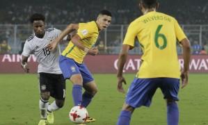 Paulinho observado por Weverson, briga pela posse de bola com Yeboah, durante a semifinal, disputada em Culcutá Foto: Bikas Das / AP