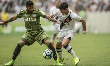 Mateus Vital não teve boa atuação neste sábado, no empate do Vasco em 1 a 1 com o Coritiba Foto: Guito Moreto / Agência O Globo