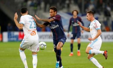 Neymar tenta passar por dois marcadores Foto: PHILIPPE LAURENSON / REUTERS