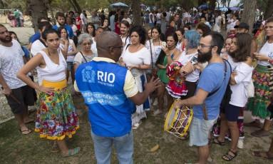 Agente da prefeitura impede a realização de ensaio programado do bloco Tambores de Olokun no Aterro do Flamengo Foto: Leo Martins / Agência O Globo