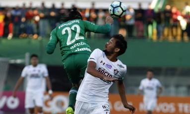 Gustavo Scarpa disputa a bola com Apodi na Arena Condá Foto: NELSON PEREZ