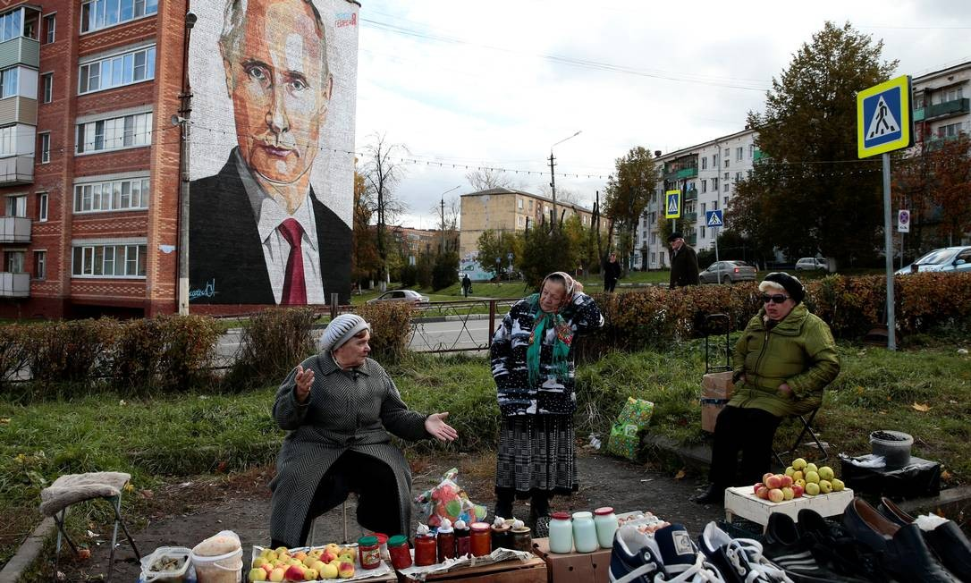 Apuros econômicos. Mulheres idosas vendem produtos feitos em casa sobre caixotes e caixas de papelão em Kashira, perto de Moscou: pensões mal chegam para sobreviver Foto: STRINGER / REUTERS/10-10-2017