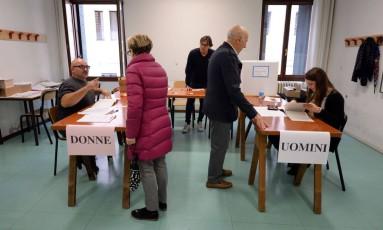 Eleitores votam em Veneza, no referendo que deve iniciar um processo por mais autonomia Foto: ANDREA PATTARO / AFP