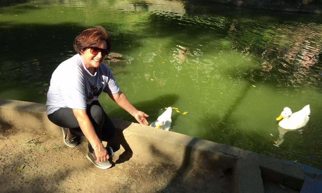 """Nedina Levy, a """"prefeitinha"""" do Parque Guinle, com os patos Sansão e Dalila Foto: Natália Boere"""