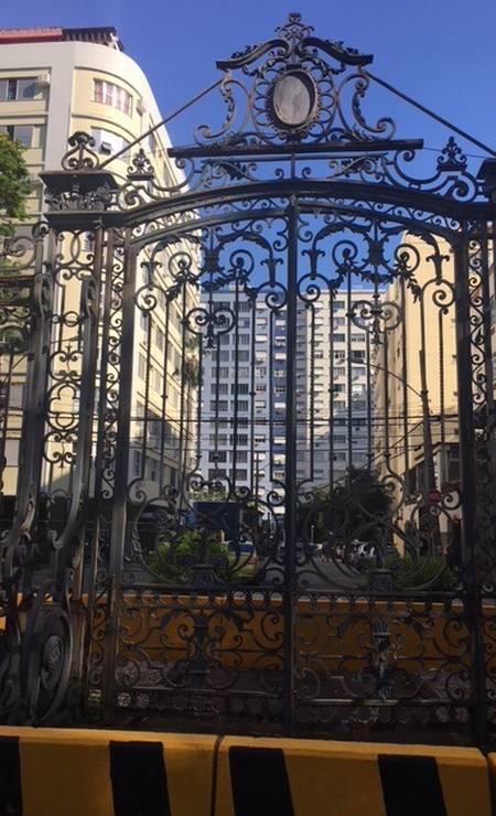 O portão do Parque Guinle está isolado. De ferro e corroído, corre o risco de cair Foto: Natália Boere