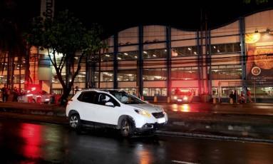 Veículo foi abandonado por bandidos, antes de eles roubarem outro carro para escapar. Foto: Uanderson Fernandes / Agência O Globo