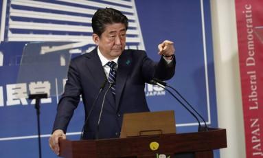 Primeiro-ministro do Japão, Shinzo Abe, em coletiva de imprensa, após vitória da coalizão na câmara baixa do país Foto: BEHROUZ MEHRI / AFP