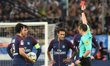 O árbitro Ruddy Buquet mostra o cartão vermelho a Neymar no jogo entre Olympique e PSG Foto: BORIS HORVAT / AFP