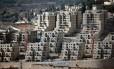 Prédios são construídos em assentamento de Ramot, em Jerusalém Oriental Foto: THOMAS COEX / AFP