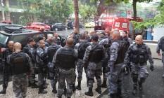 Policiais militares em frente ao Hospital Miguel Couto, onde estão internados dois colegas feridos na Rocinha Foto: Marcio Alves / Agência O Globo