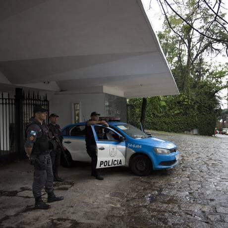 Carro do 14º BPM vai para a porta do Clube Federal, no Alto Leblon, para evitar que bandidos da Rocinha fujam pela mata Foto: Márcia Foletto / Agência O Globo