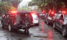 Policiais militares do Batalhão de Choque em frente ao Hospital Miguel Couto Foto: Marcio Alves / Agência O Globo