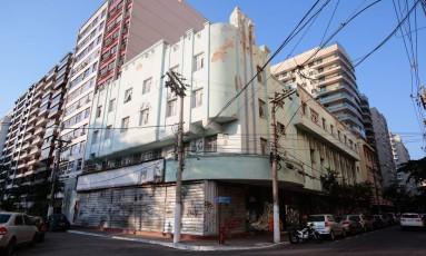 Cine Icaraí: fechado, imóvel está abandonado e sofre com falta de conservação da fachada Foto: Brenno Carvalho / Agência O Globo