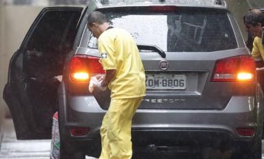 Uma turista espanhola morreu após ser atingida por um tiro disparado pela Polícia Militar na Favela da Rocinha. Na foto, carro onde a mulher estava Foto: Marcio Alves / Agência O Globo