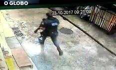 Com arma na mão, PM corre atrás de carro em que estava turista espanhola Foto: Reprodução
