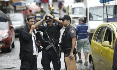 Policiais fazem perícia na Rocinha após morte da turista espanhola Foto: Gabriel Paiva / Agência O Globo
