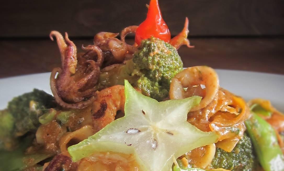 O Grillo prepara o Fettuccine Thai (R$ 39,90): massa com mix de camarão, lula, peixe, legumes e um toque de leite de coco picante. Estrada da Boca do Mato 6, Vargem Pequena — 3416-1100. Ter a qui, das 18h às 23h. Sex, das 18h às 2h. Sáb, do meio-dia às 2h. Dom, do meio-dia às 23h Foto: Divulgação
