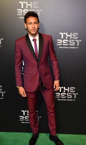 Já o brasileiro Neymar, que acabou derrotado no prêmio principal por Cristiano Ronaldo, escolheu um terno vinho para a noite de gala Foto: GLYN KIRK / AFP