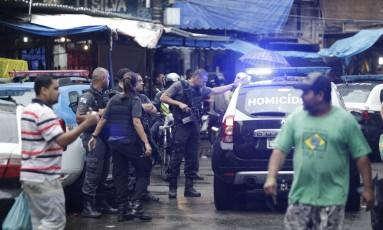Investigação. Uma equipe da Divisão de Homicídios da Polícia Civil na área onde a turista espanhola foi morta: PMs atiraram porque carro em que a vítima estava com outras quatro pessoas não teria parado durante uma abordagem Foto: Gabriel Paiva / Agência O Globo