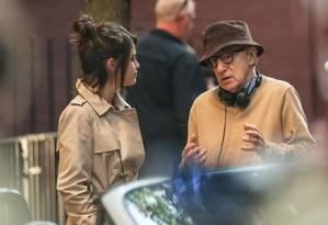 A cantora e atriz Selena Gomez ao lado do diretor Woody Allen Foto: Reprodução