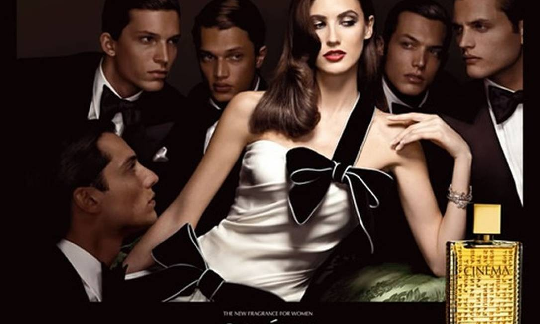 Michelle também protagonizou importantes campanhas internacionais, como a do perfume Cinéma, de YSL Foto: Divulgação