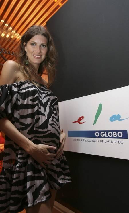 Em 2009, ela posou no stand do ELA no Fashion Rio grávida de 4 meses de Mia, sua segunda filha Foto: Ana Branco / Agência O Globo