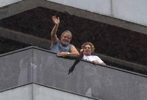 O ex presidente Luiz Inácio Lula da Silva na sacada de seu apartamento em São Bernardo do Campo, ao lado da ex-primeira dama Marisa Letícia Foto: Michel Filho / Agência O Globo