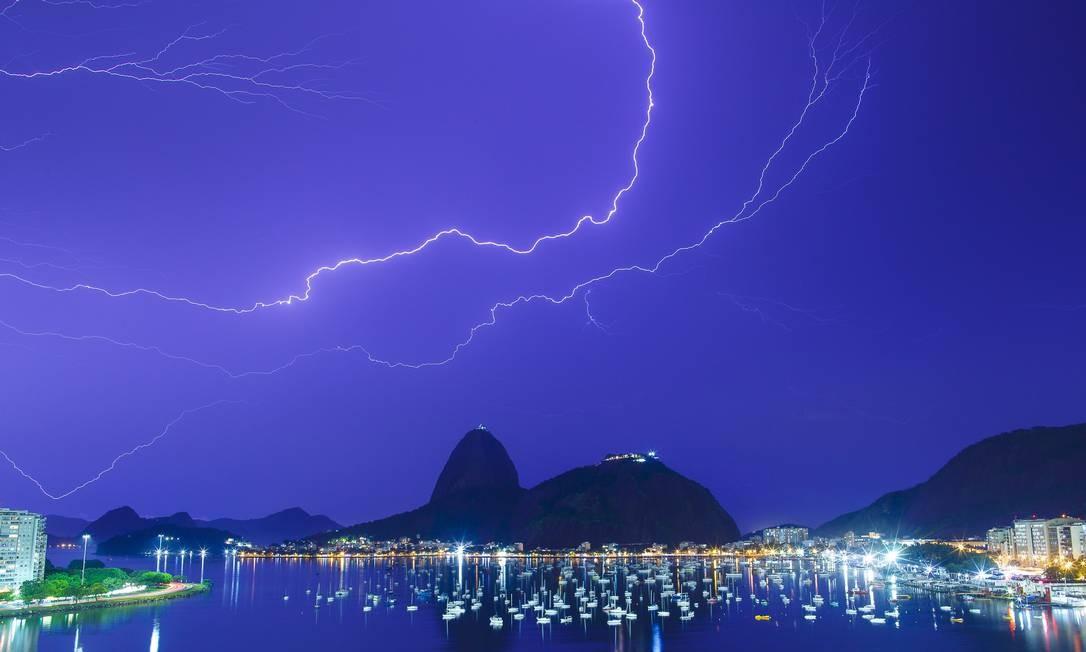 Pão de Açúcar, que concorre a prêmio internacional de atrativo turístico do ano, em dia de tempestade no Rio Foto: Daniel Marenco / Arquivo/15-02-2016