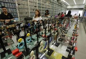 Loja de bijuterias no Saara da familia Bretas. A média de preços é R$ 5 Foto: ANTONIO SCORZA / Agência O Globo