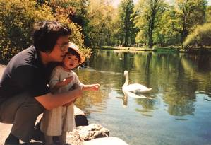 Em foto antiga, livreiro Gui Minhai abraça a filha, Angela Gui; sueco de origem chinesa desapareceu e foi preso por publicar livros críticos a autoridades de Pequim Foto: ANGELA GUI / AFP