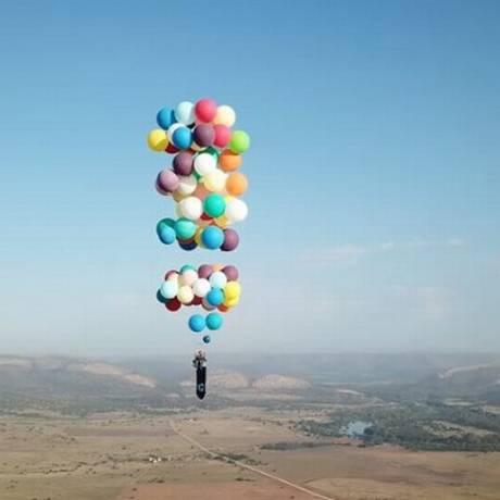 Inglês atravessou 25 quilômetros suspenso por 100 balões de gás hélio Foto: Reprodução / Facebook